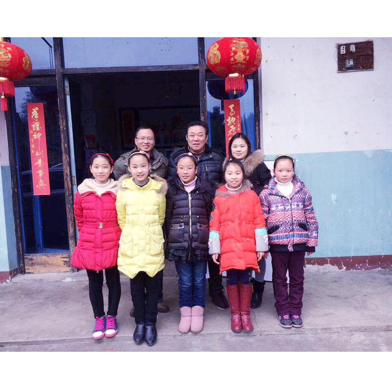 冯雪林老师和学生合影