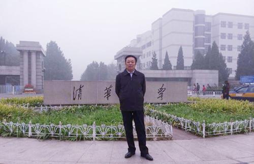 冯雪林在清华大学摄影留念
