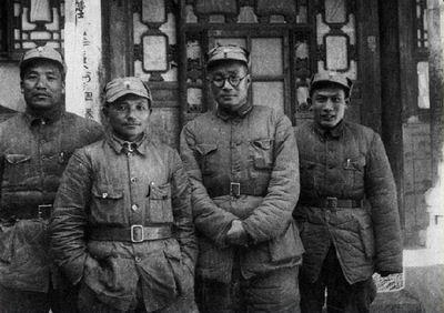 129师领导在河北涉县留影。左起:李达、邓小平、刘伯承、蔡树藩。