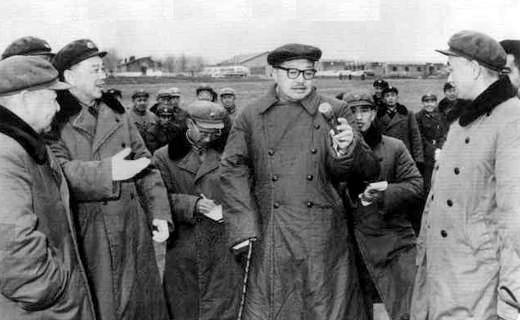 1964年,贺龙在北京军区空军某部视察