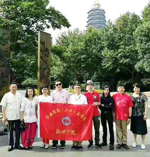 红旗飘飘书画院杭州分院书画家在常州天宁宝塔前合影