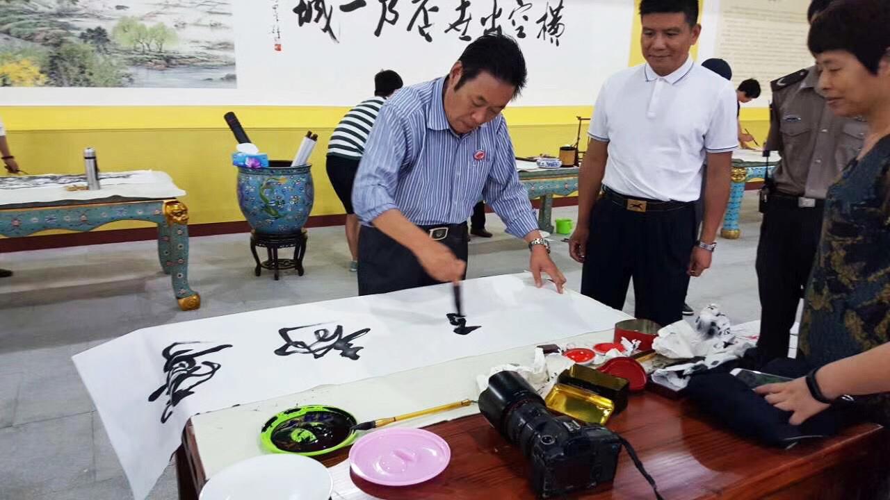 冯雪林在浙江横店影视城现场创作书法《宁静致远》