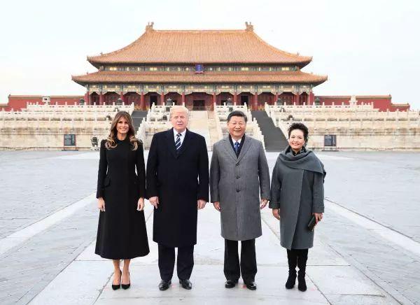 两国元首夫在太和殿广场合影