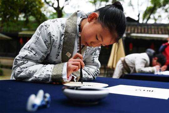 身着古装的小朋友在兰亭景区练习书法