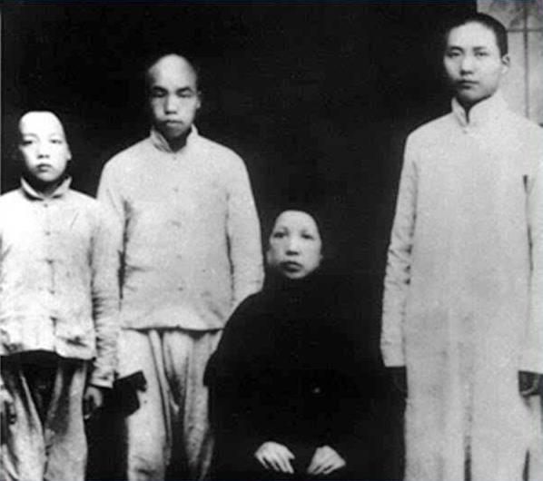1919年毛泽东、毛泽民、毛泽覃和母亲生前照
